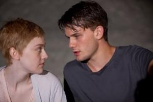 Adam und Tessa verändern das Leben des jeweils Anderen entscheidend (Quelle: Universum Film)