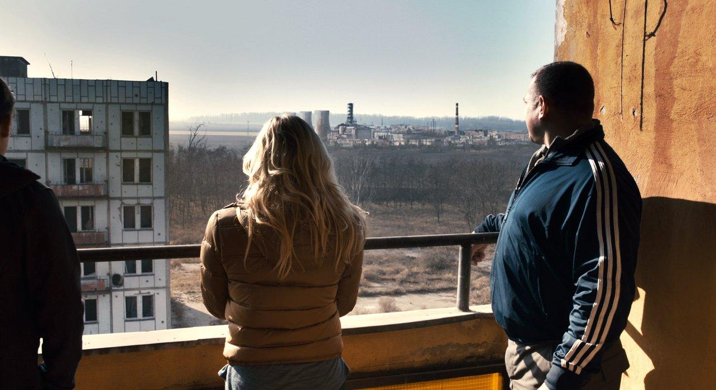 Die Gruppe sieht den Reaktor aus der Ferne (Quelle: Warner Bros.)