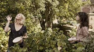 Claire und Justine im Garten (Bildquelle: Concorde Film)