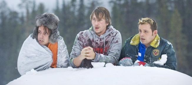 Janne (mitte) und seine Kumpels im Schnee (Quelle: Pandastorm Pictures)