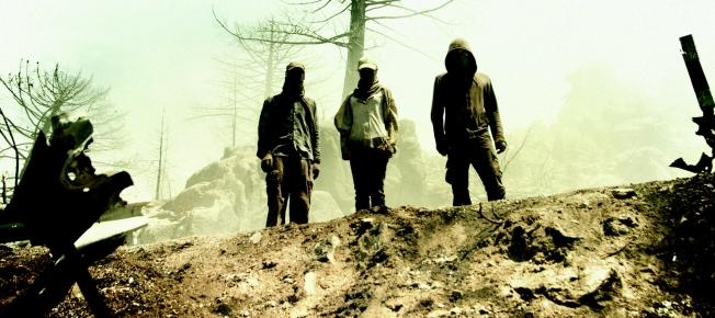 """Szenenbild aus """"Hell"""": Marie (Hannah Herzsprung), Tom (Stipe Erceg) und Philip (Lars Eidinger) am Abgrund (Bildquelle:Paramount Pictures)"""