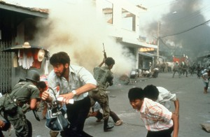Schanberg flüchtet vor einem Bombenangriff (Bildquelle: StudioCanal)