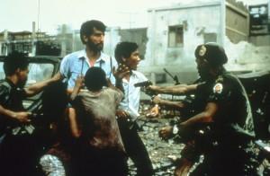 Pran und Schanberg umzingelt von Soldaten (Bildquelle: StudioCanal)
