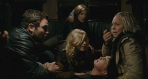 Die Truppe steht unter Schock, nachdem ein erster Angriff auf sie stattgefunden hat. (Bildquelle: Warner Bros.)