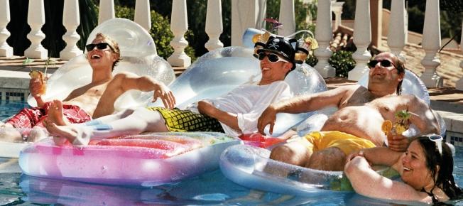 Lars, Philip, Jozef und Claude entspannen am Pool (Quelle: Ascot Elite)