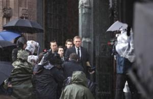 Reporter belagern Mikael Blomkvist (Daniel Craig)