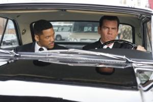 Agent J (Will Smith) und der junge Agent K (Josh Brolin) gemeinsam auf Spritztour