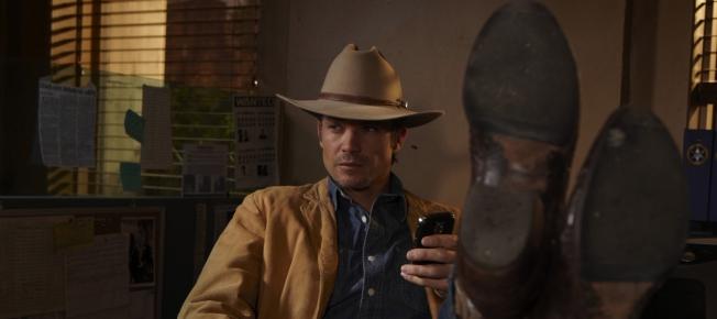 Marshall Raylan Givens am Schreibtisch (Bildquelle: Sony Pictures)