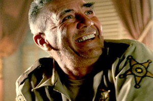 "R. Lee Ermey als Sherrif Hoyt in ""Texas Chainsaw Massacre"" (Quelle: Constantin Film)"