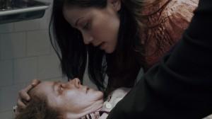 Isabella beugt sich über ihre kranke Mutter (Quelle: Paramount Pictures)