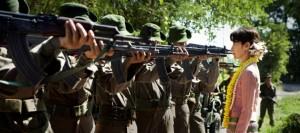 Aung Sann Suu Kyi lässt sich auch durch Waffen nicht einschüchtern (Quelle Universum Film)