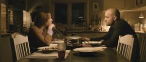 Die Eheleute bemühen sich sichtlich, ein gemeinsames Gespräch aufrecht zu erhalten. (Quelle: Alamode Film)