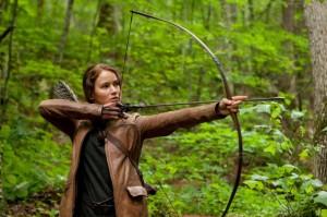 Mit Pfeil und Bogen kann Katniss Everdeen perfekt umgehen. Diese Erfahrung hilft ihr beim Überlebenskampfin in den Hungerspielen. (Quelle: Studiocanal)