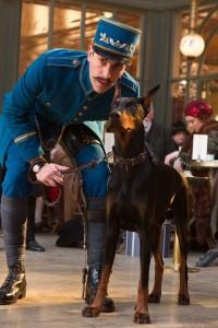 Sascha Baron Cohen überrascht als ungeschickter Stationsvorsteher (Quelle: Paramount Home Entertainment)