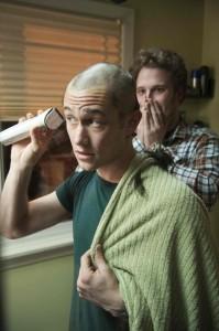 Adam rasiert seinen Kopf - Kyle ist geschockt (Quelle: Universum Film)
