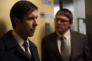 Peter und John rätseln über den Fall (Quelle: StudioCanal)