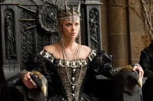 Die böse Königin tyrannisiert ihre Untertanen (Quelle: Universal Pictures)