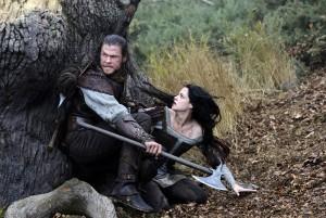 Snow White mit dem raubeinigen Huntsman (Quelle: Universal Pictures)