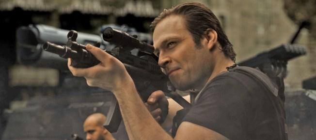 Tim Sander mit Gewehrattrappe