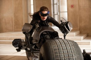 Catwoman auf dem Batpod (Quelle: Warner Home Entertainment)