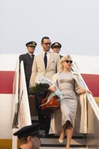 Marilyn und Artur Miller am Flughafen (Quelle: Ascot Elite)
