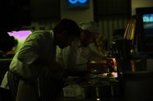 Michael mit Kollege in der Küche (Quelle: Senator Film)