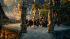 Bilbo, Gandalf und die Zwerge in Bruchtal (Quelle: Warner Bros.)