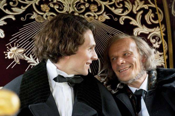 Ludwig und Richard Wagner im Gespräch (Quelle: Warner Bros.)