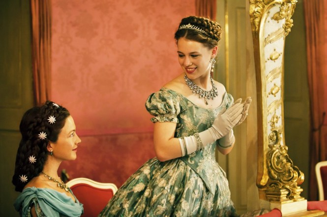 Sissi und Sophie im Theater (Quelle: Warner Bros.)