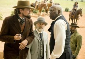 Candy weist Steven zurecht - Schultz und Django beobachten interssiert (Quelle: Sony Pictures Germany)
