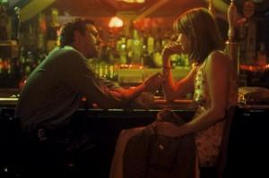 Frannie lernt Detctive Malloy bei einigen Drinks besser kennen (Quelle: Senator Home Entertainment)