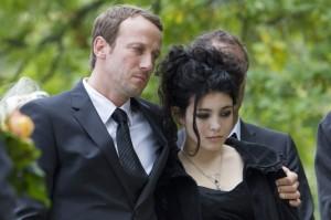 Markus und Kim auf der Beerdigung (Quelle: NFP marketing & distribution)