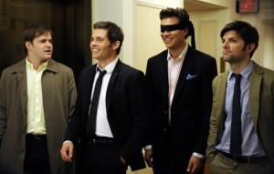 Die Herren wollen den Bräutigam mit Augenbinde entführen (Quelle: StudioCanal)