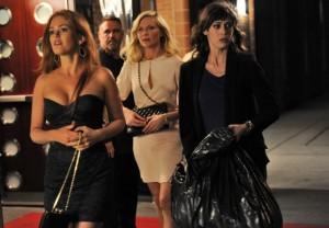 Das Trio hetzt mit dem Kleid in einem Müllbeutel über die nächtlichen Straßen (Quelle: StudioCanal)