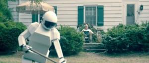 Der Roboter räumt unter Franks Blicken im Garten auf (Quelle: Senator Home Entertainment)