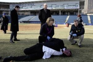 Das Team untersucht einen Toten im Football-Stadion (Quelle: StudioCanal)