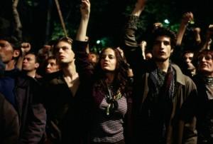 Theo, Isabell und Matthew auf einer Demonstration (Quelle: Concorde Home Entertainment)