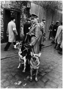Der finstere Amon Goeth mit zwei Hunden (Quelle: Universal Pictures)