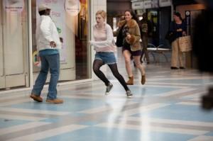 Tessa und Zoey machen im Einkaufszentrum Blödsinn (Quelle: Universum Film)