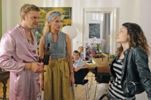 Basti (Sebastian Bezzel) und seine Schwester Thea (Monika Gruber) können es nicht glauben: Dina (Sarah Horvath) soll Bastis Tochter sein? (Quelle: StudioCanal)