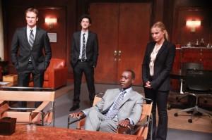 Marty mit seinem Team im Meeting (Quelle: Paramount Home Entertainment)