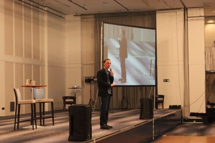 Julian Richings auf der Bühne (Bild: Thomas Trierweiler)