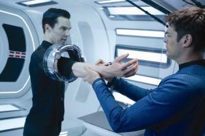 """""""Pille"""" McCoy untersucht den mysteriösen Harrison (Quelle: Paramount Pictures Germany)"""