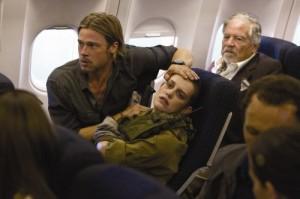 Gerry verarztet eine verletzte Soldatin (Quelle: Paramount Pictures Germany)