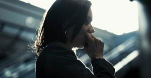 Carey wartet am Flughafen auf ihren Bruder (Quelle: Ascot Elite)