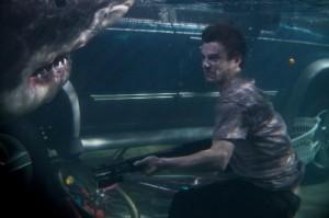 Josh im Hai-verseuchten Wasser (Quelle: Universum Film)