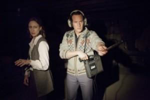Lorraine und Ed untersuchen den Keller der Perrons (Quelle: Warner Bros.)