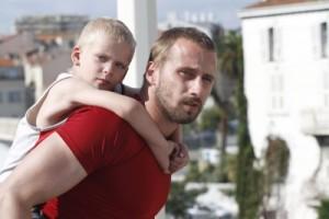 Ali kümmert sich selten so liebevoll wie hier um seinen Sohn (Quelle: Universum Film)