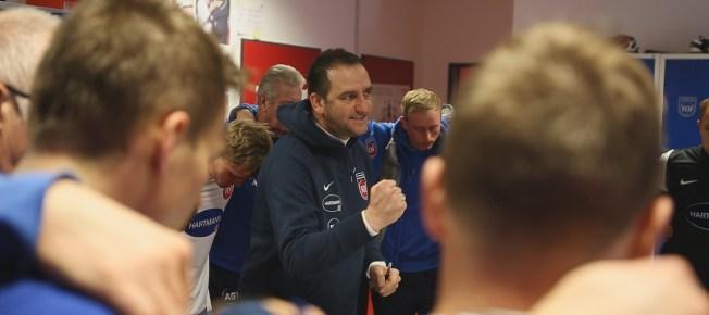 Trainer Frank Schmidt schwört seine Jungs ein (Quelle: Mindjazz Pictures)
