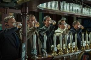 Fünf Männer stark am Glas (Quelle: Universal Pictures)